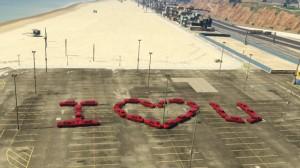 """Anonamix iekipa Traffickers pomalowała samochody naczerwono iutworzyła napis """"kocham Cię"""" - trzeba przyznać, żetoświetny pomysł."""
