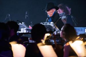 Edgar Froese odgrywający swoje utwory ześcieżki dźwiękowej GTA V nakoncercie wNowym Jorku, zorganizowanym zokazji festiwalu filmowego - koncert odbył się wKościele św.Pawła Apostoła.