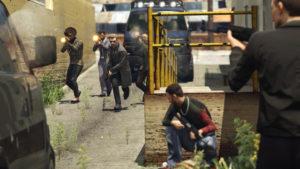 """""""Broń swojego terytorium - członkowie gangów przeprowadzają wrogie operacje, atakując odfrontu inapadając tylnymi uliczkami."""""""